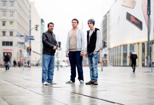 Mohammad-F.-links-Ammar-B.-und-sein-Bruder-Mohammad-B.-rechts.-Andreas-Prost-für-ZEIT-ONLINE-1024x702